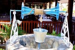 Água velha bem com polia e cubeta Fotografia de Stock Royalty Free
