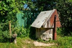 Água velha bem durante localizado na vila durante o dia ensolarado brilhante imagens de stock