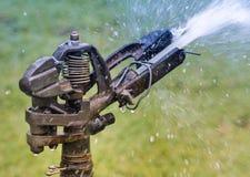 Água velha do sistema de extinção de incêndios no jardim fotografia de stock royalty free