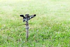 Água velha do sistema de extinção de incêndios automática no jardim para a grama molhando fotos de stock