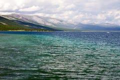 Águas azuis profundas do lago Khovsgol Fotografia de Stock