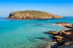 Águas bonitas da ilha e da turquesa em Cala Conta, Espanha de Ibiza foto de stock royalty free
