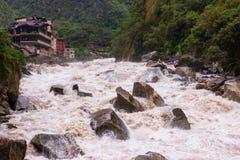 Águas Calientes, Peru - 27 de janeiro de 2014: Vista do rio de Urubamba imagem de stock royalty free