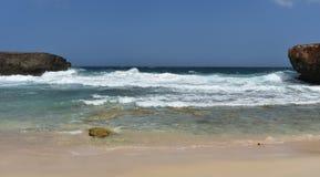 Águas claras bonitas de pouca Aruba na parte traseira da ilha foto de stock