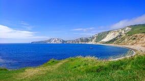 Águas da calma na baía de Warbarrow em Dorset Reino Unido fotografia de stock