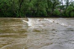 Águas da inundação que cobrem a ponte imagem de stock
