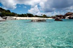 Águas de turquesa, pedregulhos do granito e areia do branco da multa Fotografia de Stock