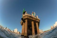 Águas do oceano que surfam nadadores dos surfistas de Durban Pier Paddle Jump Imagem de Stock Royalty Free