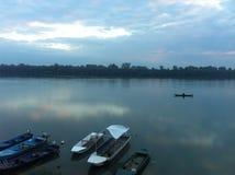 Águas do rio calmas e um barco imagem de stock royalty free