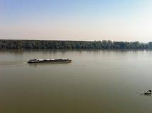Águas do rio calmas e um barco fotos de stock