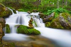 Águas do stones& do zen da cachoeira Imagem de Stock Royalty Free