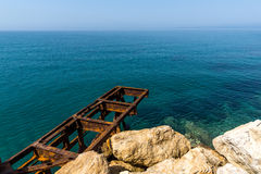 Águas e rochas claras na terraplenagem em Skala Maries, ilha de Thassos, Grécia Foto de Stock Royalty Free