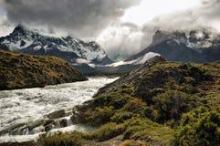 Águas Glacial que funcionam de Torres Del paine Imagens de Stock Royalty Free