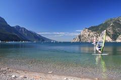 Águas límpidos do lago Garda em Itália, cercadas pelos cumes Foto de Stock Royalty Free