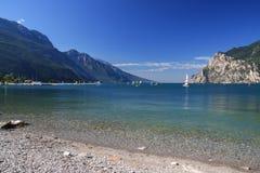 Águas límpidos do lago Garda em Itália, cercadas pelos cumes Fotos de Stock Royalty Free