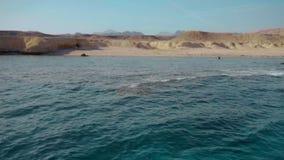 Águas profundas claros do Mar Vermelho e a costa abandonada da ilha Movimento lento filme