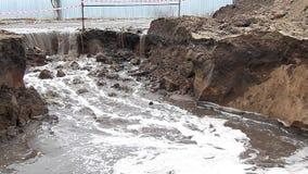 Águas residuais que derramam no poço video estoque