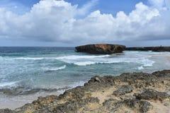 Águas tropicais ásperas fora da costa leste de Aruba fotografia de stock