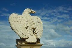 Águia de pedra branca contra o céu azul Fotografia de Stock Royalty Free