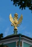 águila de oro Tres-dirigida en el tejado de la ermita Mus del estado Fotografía de archivo libre de regalías