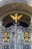 águila Doble-dirigida en las puertas del museo de ermita en el St Imagen de archivo libre de regalías