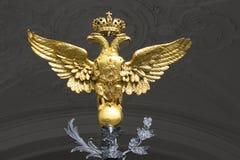 águila Doble-dirigida en las puertas del primer del palacio del invierno St Petersburg Foto de archivo libre de regalías