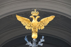 Águila doble-dirigida rusa debajo del arco de la entrada principal del palacio del invierno St Petersburg Imagenes de archivo
