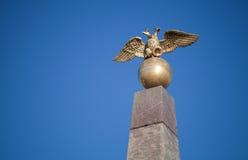 Águila doble - emblema de Rusia en el monumento Imagen de archivo libre de regalías