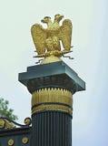 Águila dos-dirigida de oro en Aleksandrovsky triste en Moscú Fotografía de archivo