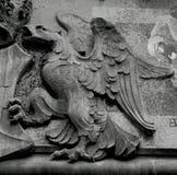 Águila gigante que protege el escudo Imagenes de archivo