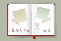 Álbum abierto con los marcos en blanco de la foto y Cat And Birds divertida Fotos de archivo libres de regalías