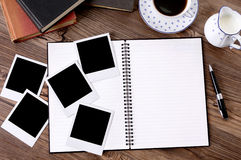Álbum de foto con café y libros imágenes de archivo libres de regalías