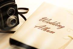 Álbum de foto con la cámara vieja Imagen de archivo libre de regalías