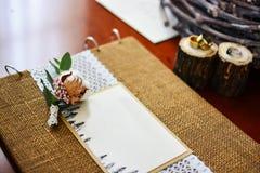 Álbum de foto de la decoración de la boda con los anillos y el algodón de la ramita Foto de archivo libre de regalías