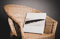 Álbum de foto grande en una silla de mimbre 4231 foto de archivo