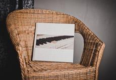 Álbum de foto grande en una silla de mimbre 4232 imágenes de archivo libres de regalías