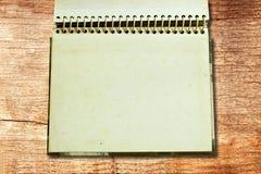 Álbum de foto viejo en suelo de madera del grunge Imagen de archivo libre de regalías