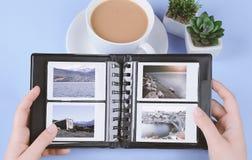 Álbum de fotografias com as fotos imediatas das paisagens fotografia de stock royalty free