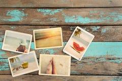 Álbum de fotografias da viagem da lua de mel da viagem no verão na tabela de madeira imagens de stock