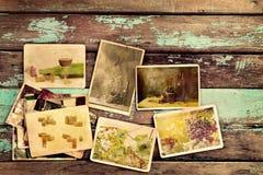 Álbum de fotografias do vinho na tabela de madeira velha Imagens de Stock