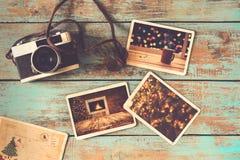 Álbum de fotografias do xmas do Feliz Natal na tabela de madeira velha fotografia de stock