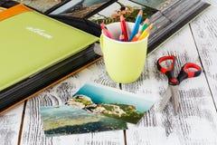 Álbum de fotografias e fotografias do adiantado da família em uma praia imagem de stock royalty free