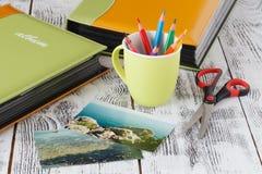 Álbum de fotografias e fotografias do adiantado da família em uma praia fotografia de stock royalty free