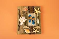 Álbum de fotografias em um fundo alaranjado seashells A memória do mar, o sol, férias Vista de acima foto de stock royalty free