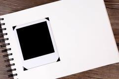 Álbum de fotografias em uma mesa de madeira Imagens de Stock Royalty Free