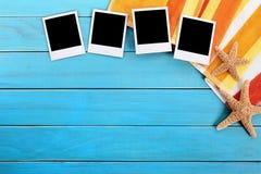 Álbum de fotografias, quadros vazios da foto do polaroid, decking da praia, espaço da cópia Foto de Stock