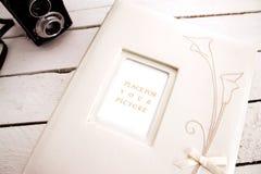 Álbum de la boda con la cámara vieja Foto de archivo libre de regalías