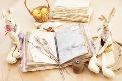 ?lbum de Scrapbooking, coelhos do brinquedo Conceito de Easter handmade foto de stock royalty free