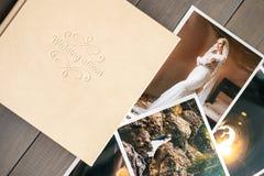 Álbum do casamento do couro branco e fotos impressas com os noivos foto de stock