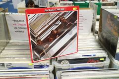 Álbum 1962-1966 do vinil de Beatles na exposição para a venda, grupo de rock inglês famoso, foto de stock